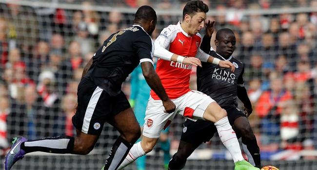 Mesut Özil Leicester City'yi yıktı
